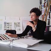 stock bild lter lackierer stehen auf leiter halten pinsel x12699275 suche stockfotos. Black Bedroom Furniture Sets. Home Design Ideas