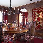 Beeld architecturaal trim donker bruine geverfde plafond rode muren licht bevlekte - Blootgestelde balken ...