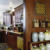 Stock afbeelding kitchen veenbes rood geverfde meubel stijl kabinetten geslaanene tin - Blootgestelde balken ...