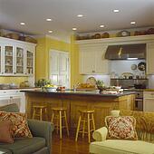 Stock afbeelding tijdgenoot witte geverfde houten keuken met eiland eenheid - Blootgestelde balken ...