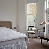 Stock foto roze stoelen en klein metaal tafel voor venster met bleek grijze - Traditionele bed tafel ...