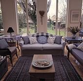 Blaues Sofa Vor Fenster In Traditionelle Wohnzimmer