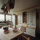 Beelden gele pvc doek op tafel in keuken met oud dennenboom stoelen en kleermaker - Deco keuken oud land ...