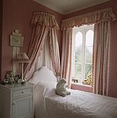 Banque d 39 image couronne floral tentures au dessus for Fou plafond chambre a coucher