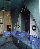 Turkooizen blauw en witte patterned moza ek tiled muur boven gedaald bad in moorish - Mozaiek blauwe bad ...
