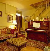 bilder blaues sofa unterhalb spiegel in gelb. Black Bedroom Furniture Sets. Home Design Ideas
