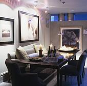 Stock afbeeldingen witte banken en grijze chaiselongue in woonkamer in hippe stad - Eetkamer leunstoel ...