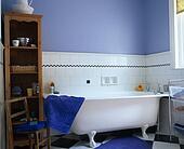 stock foto - grauer, rolltop, bad, in, pastell, blau, hütte, Hause ideen