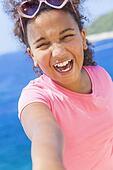 混合的族种非裔美国人的女孩儿童selfie佩带的太阳镜